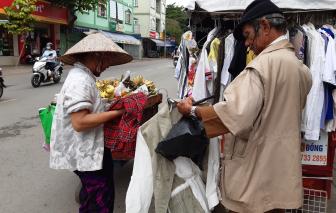 Rong ruổi khắp Sài Gòn để bán quần áo giá... 0 đồng