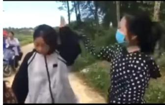 Nữ sinh cấp 3 dùng mũ bảo hiểm đánh bạn rồi bắt quỳ xin lỗi