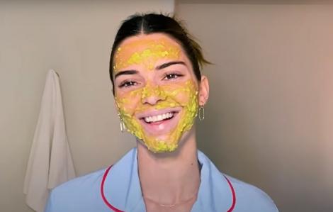 Clip: Kendall Jenner hướng dẫn đắp mặt nạ cho da mụn