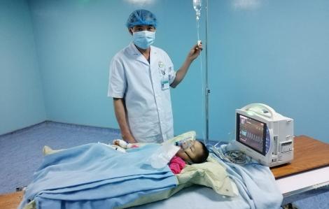 Em bé được gây mê, xạ trị áp suất liều cao đầu tiên tại Việt Nam