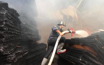 Đục tường tứ phía khống chế ngọn lửa ở cơ sở sản xuất gỗ ván ép