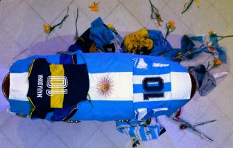 Chùm ảnh: Người hâm mộ trên thế giới tưởng nhớ, tiễn đưa Maradona