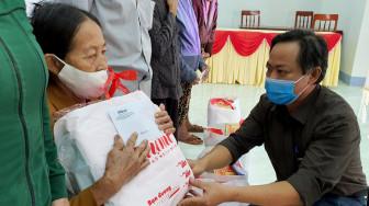 Báo Phụ Nữ TPHCM trao quà hỗ trợ người dân Quảng Ngãi khắc phục bão lũ