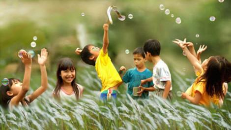 Trẻ bình tĩnh và hạnh phúc hơn khi học cách sẻ chia từ mẹ