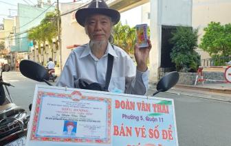 Rong ruổi khắp Sài Gòn bán vé số để... giúp người nghèo