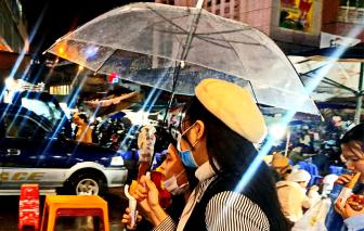"""Đà Lạt và những chiếc dù trong suốt """"trôi"""" dưới ánh đèn đêm"""
