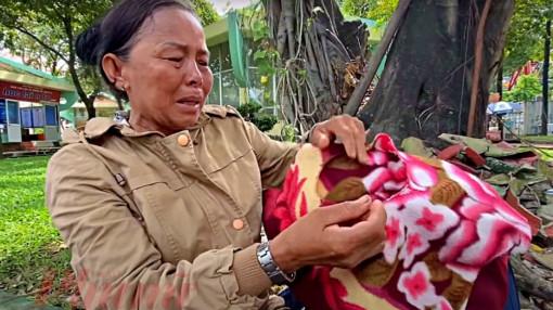 Người mẹ ôm chiếc mền rách tìm con suốt 6 năm trời
