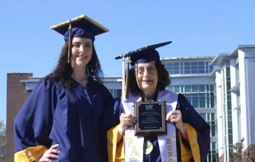Giữa đại dịch, bà và cháu cùng tốt nghiệp đại học