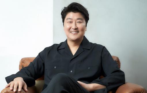 """""""Quốc bảo"""" Song Kang Ho tiếp tục """"vượt mặt"""" Lee Byung Hun"""