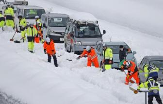 Tuyết rơi dày đặc ở Nhật Bản, hơn 2.100 xe mắc kẹt trên đường cao tốc
