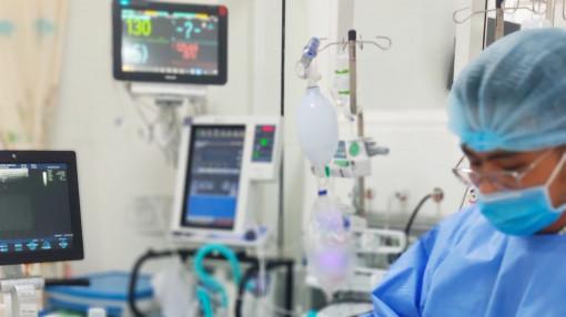 Điều trị sốt xuất huyết bằng kỹ thuật mới, bác sĩ cứu em bé cận kề cửa tử