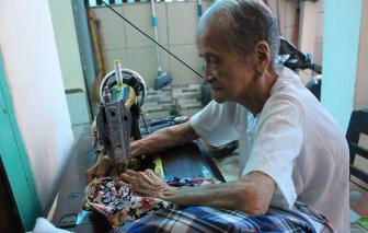 Sài Gòn se lạnh, mẹ Việt Nam Anh hùng 97 tuổi cặm cụi may chăn tặng người nghèo