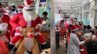 """Trẻ em ung thư hát mừng Giáng sinh, bác sĩ cưỡi """"tuần lộc"""" tặng quà Noel"""