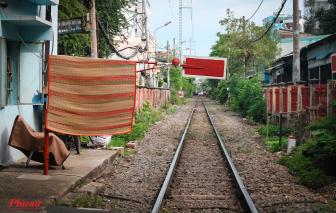 Bất chấp nguy hiểm, đường ray xe lửa bị biến thành nơi sinh hoạt chung giữa Sài Gòn