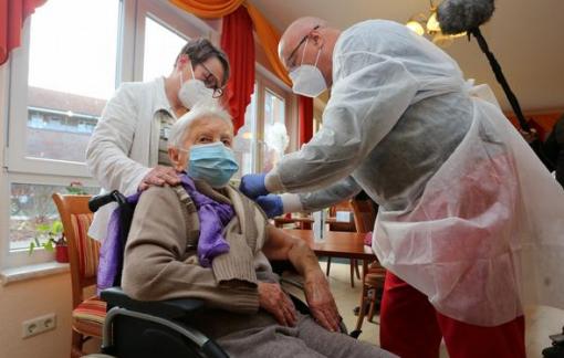 Cụ bà 101 tuổi là người già nhất thế giới tiêm chủng vắc-xin COVID-19