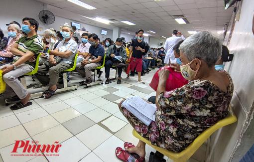 Ngày đầu khám bảo hiểm y tế thông tuyến, bệnh viện đông nghẹt người từ 6g sáng