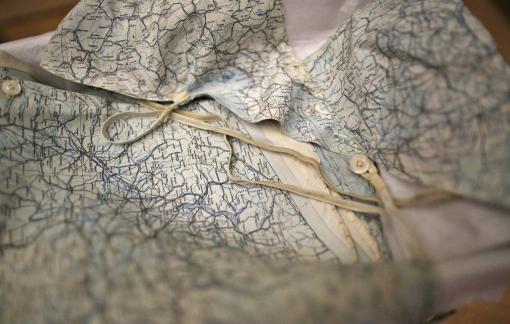 'Hồi sinh' những tấm bản đồ cổ thành trang phục phong cách