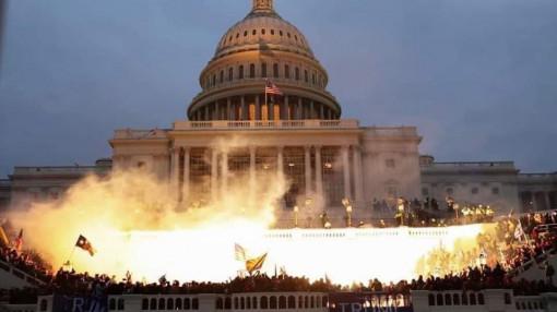 Hỗn loạn tại Washington khi người biểu tình tràn vào tòa nhà quốc hội để ủng hộ Tổng thống Trump
