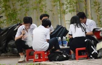 Học sinh hút thuốc lá điện tử cho... ngầu