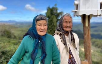 Bộ ảnh tuyệt đẹp kỷ niệm tình bạn 60 năm của hai cụ bà U90