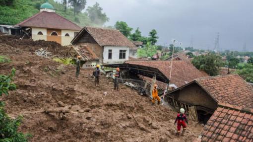 Sau tai nạn máy bay thảm khốc, Indonesia lại nhận hung tin gần 40 người chết và mất tích do lở đất