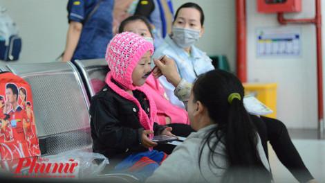 Sài Gòn lạnh 19 độ, những em bé co ro theo mẹ đi khám bệnh