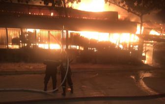 Đang cháy xưởng gỗ trên quốc lộ 1A