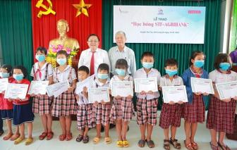 Quỹ Thời báo Kinh tế Sài Gòn trao 100 suất học bổng đến học sinh Long An