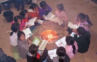 Học sinh vùng cao Nghệ An mang củi đến trường, đốt lửa học bài trong giá rét