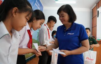 Báo Phụ Nữ TPHCM trao 100 suất học bổng cho trẻ em vùng biên giới Tây Ninh