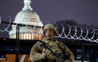 """Bắt giữ người mang """"một kho súng đạn"""" tìm cách vượt trạm kiểm soát an ninh Điện Capitol"""