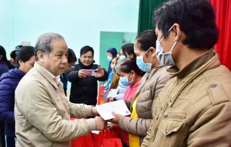 Giúp người nghèo vùng lũ có tết