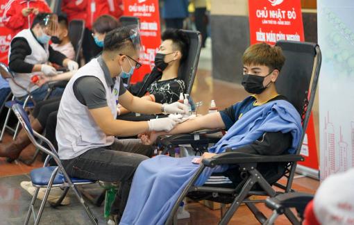 """Sinh viên Hà Nội """"vượt"""" mưa rét tham gia hiến máu tình nguyện"""