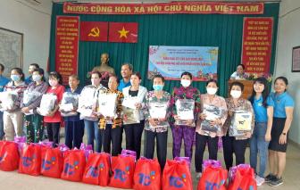 Nhiều phần quà Xuân được trao tặng cho chị em phụ nữ nghèo