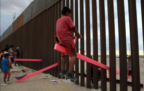 Những chiếc bập bênh màu hồng xuyên bức tường biên giới Mỹ - Mexico đạt giải quốc tế