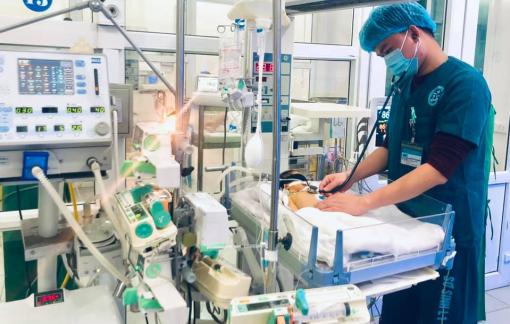 Bé sơ sinh bỏ bú, bác sĩ phát hiện bệnh nguy hiểm
