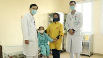 Khám viêm phổi phát hiện khối u chứa đầy răng và tóc