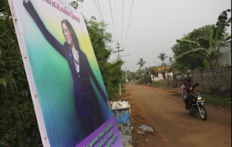 """Hình ảnh bà Kamala Harris """"tràn ngập"""" vùng quê nghèo Ấn Độ"""