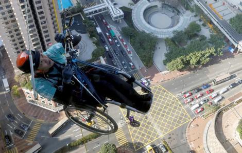 Clip: Người đàn ông ngồi xe lăn leo lên tòa nhà chọc trời