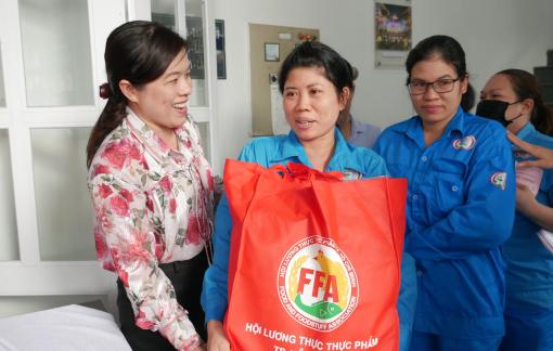 Mang tết đến với nữ công nhân vệ sinh thành phố