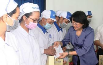 Phó chủ tịch nước trao quà cho công nhân ở Bình Dương