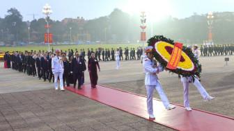 Các đại biểu dự Đại hội Đảng toàn quốc lần thứ XIII viếng Lăng Bác
