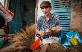Cuối năm, xóm chổi ẩn mình giữa Sài Gòn vượt khó giữa dịch COVID-19