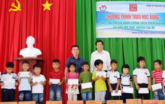 Hội Nhà báo TPHCM trao 100 suất học bổng cho học sinh Tiền Giang