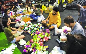 Những chuyến xe giữa đêm mang thức ăn đến tay người vô gia cư