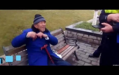 Vợ thèm ăn trứng muối, cụ ông 93 tuổi chiều vợ dò dẫm đi mua