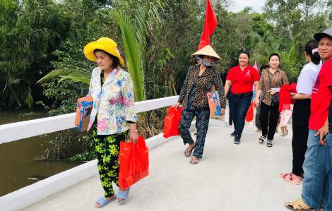 Trao tặng cầu cầu bê tông mới cho người dân ở Hậu Giang