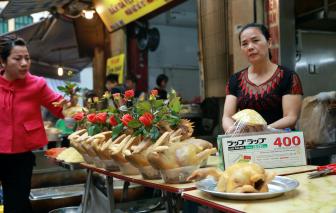 """Chợ Rằm cuối năm giữa phố Hà Nội: Gà cánh tiên, xôi, hoa quả """"hút khách"""""""