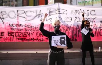 Ba Lan sắp thực hiện lệnh cấm phá thai khiến người dân phẫn nộ