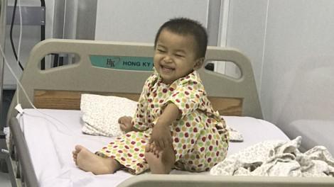 Em bé 3 tuổi tươi cười sau khi được ghép tế bào gốc chữa ung thư